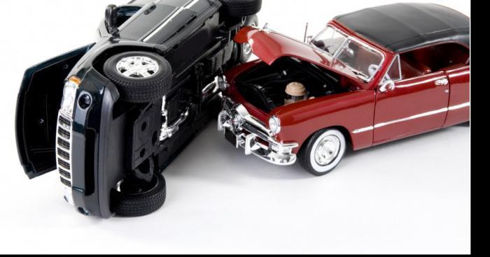 Accident grave de voitures miniatures.