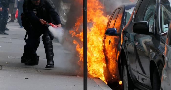 Rennes: Un manifestant incendie sa propre voiture par erreur