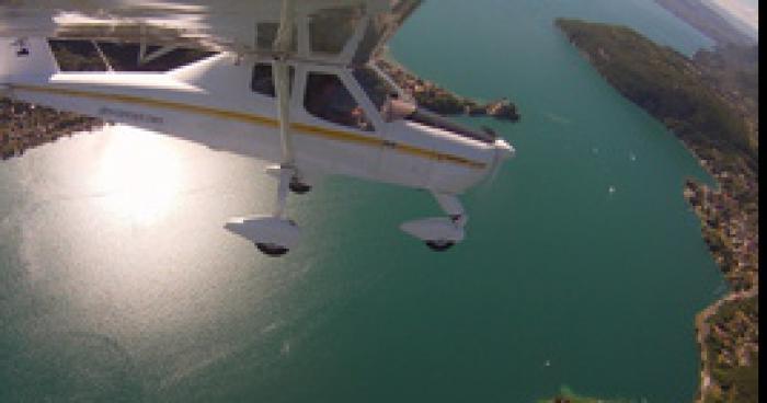 Un avion survole le lac Annecy avec une banderole plutôt surprenante !