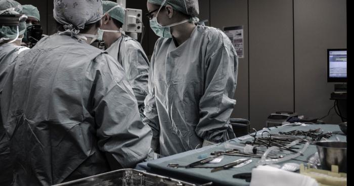 Réveillée après 4 ans de coma, son pied est greffé à la place de sa main.