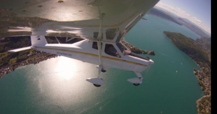 Un avion survole Annecy avec une banderole plutôt surprenante !